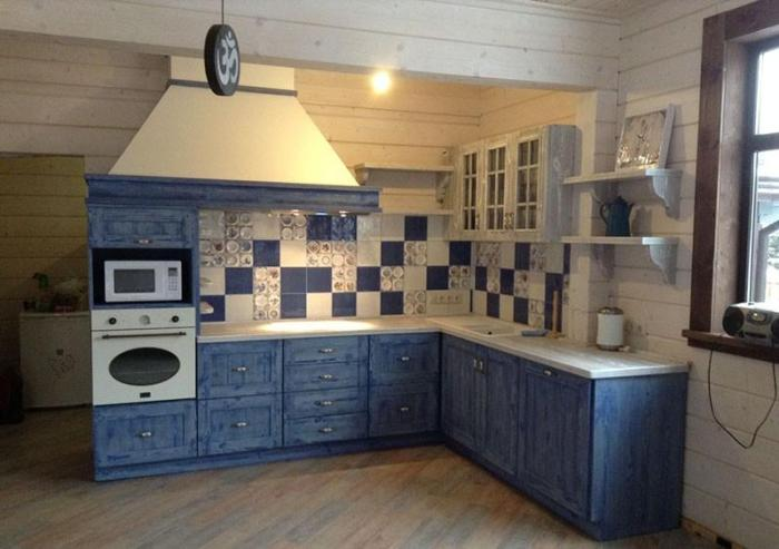 Кухонный фартук в стиле пэчворк на синей кухне