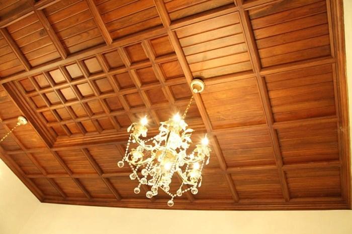 Потолок из панелей из натурального дерева