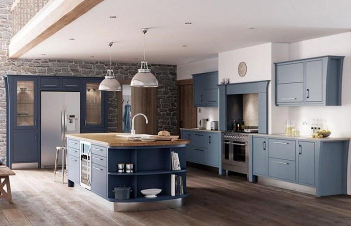 Синева мебели и элементы из дерева на кухне