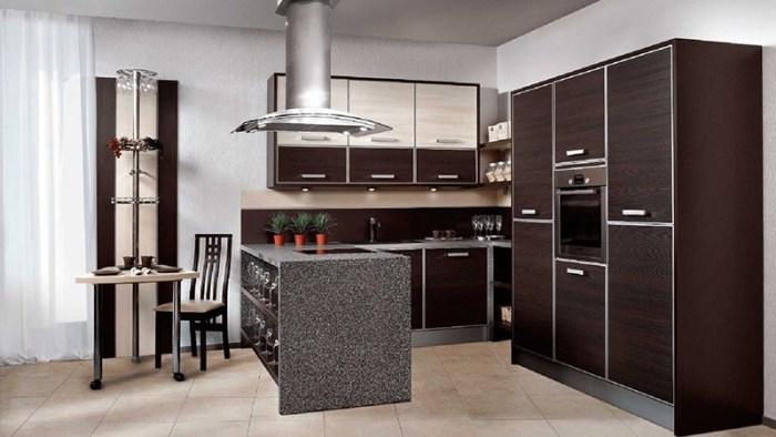 Барная стойка рядом с кухонным гарнитуром