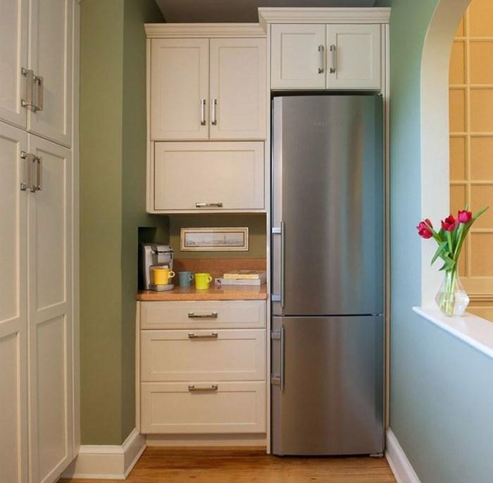 Большой холодильник в коридоре