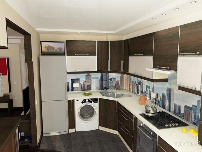 Холодильник за небольшой стенкой между кухней и гостиной