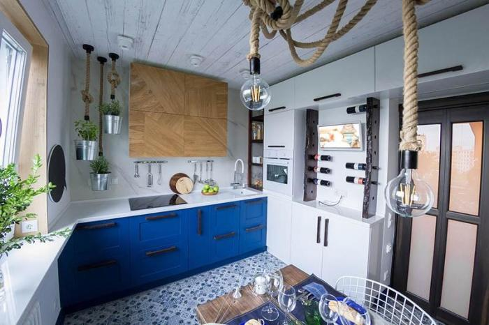 Лампы Эдисона и цветочные горшки на веревочных канатах на кухне