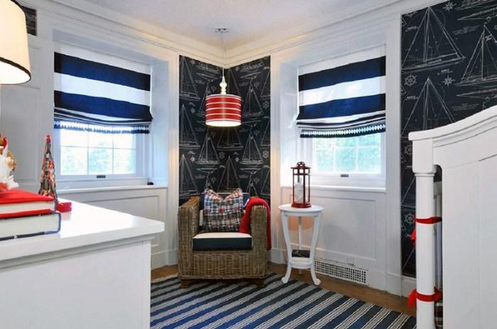 Полосатые шторы, плафон и коврик в интерьере