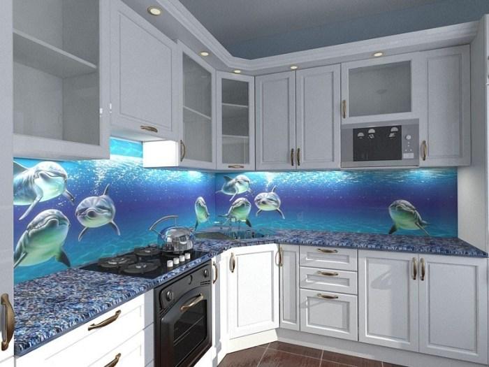 Стеклянные скинали с дельфинами на фартуке кухни