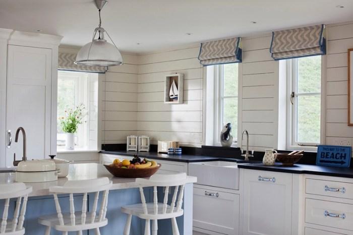 Стены белой кухни с отделкой крашеной доской