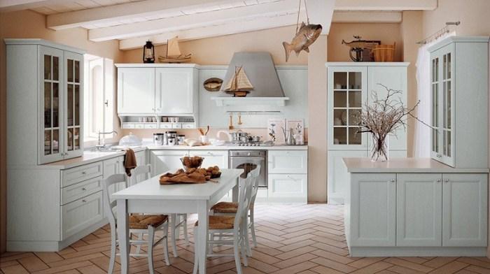 Кухня с моделями парусников и объемными фигурами рыб