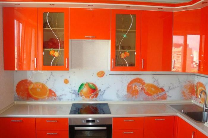 Апельсины на фартуке в цвет фасадов кухни