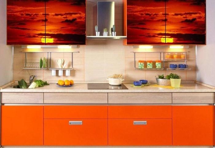 Фото заката на симметричных верхних шкафах кухни