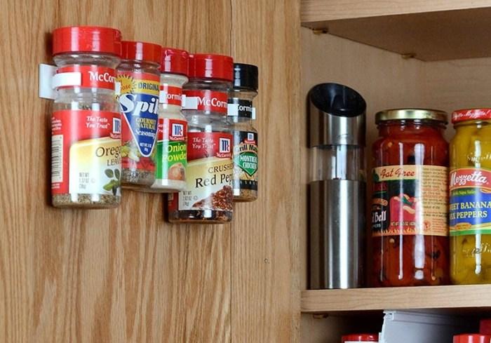 Хранение специй на кухне на дверцах шкафчика