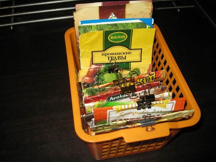 Набор специй в контейнере в мягких магазинных упаковках