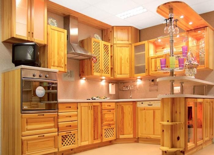 Кухонные шкафы из светлого дерева со стеклянными вставками
