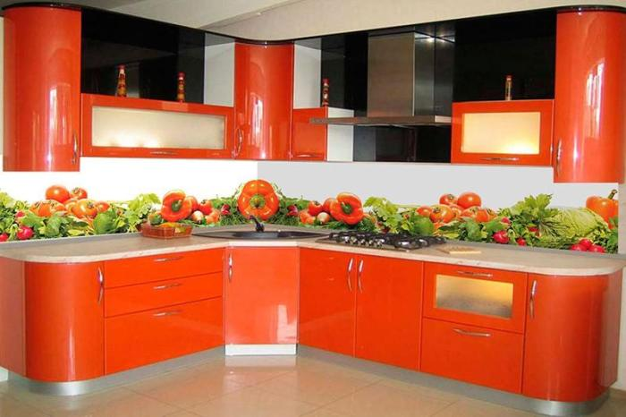 Перцы и помидоры на белом фартуке кухни