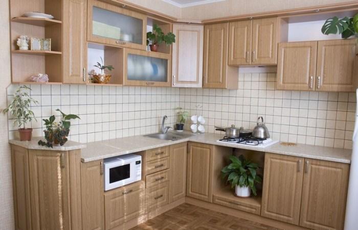 Угловой кухонный гарнитур из светлого ясеня