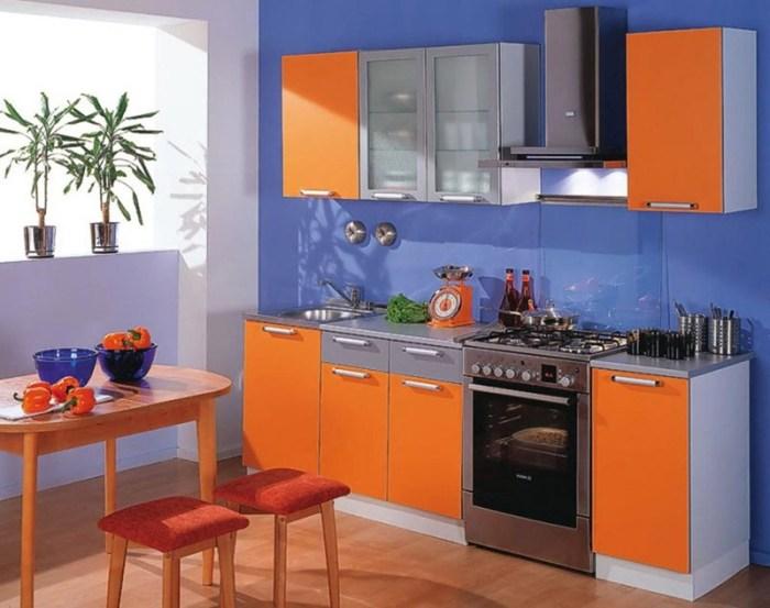 Синие стены оранжевый гарнитур