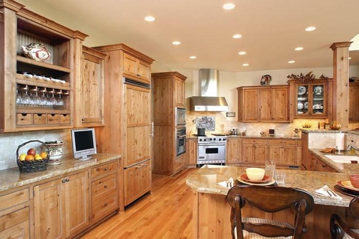 Светлая кухня из массива со светлыми столешницами