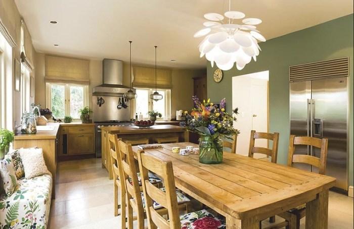 Большой прямоугольный стол из дерева на большой кухне
