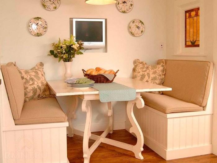 Столик под старину в стиле прованс в окружении двух диванчиков