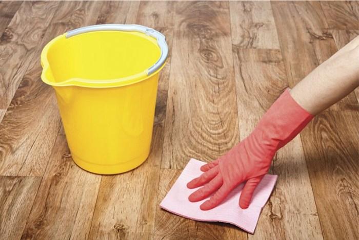 Резиновые перчатки при удалении пятен с линолеума