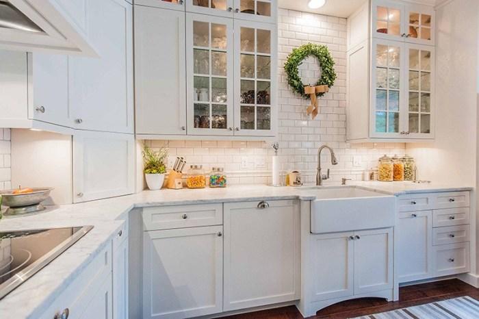Белая кухня в интерьере со светлой столешницей
