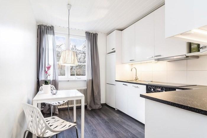 Белый потолок из панелей на кухне