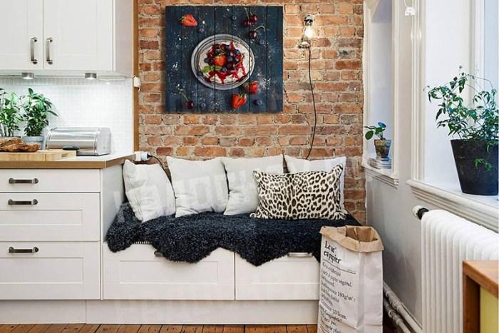 Маленький диванчик на тумбах в зоне отдыха кухни