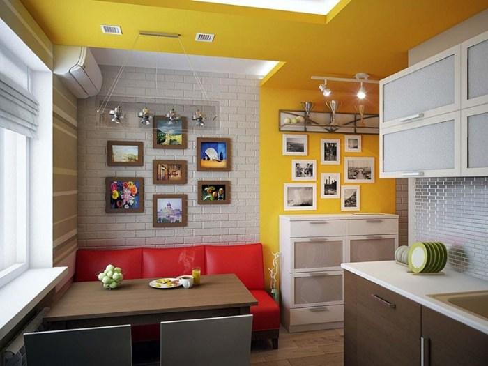 Красный диван у короткой стены перпендикулярно кухонному гарнитуру