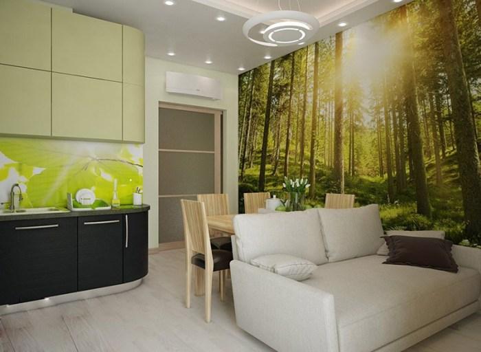 Фотообои с лесным пейзажем на стене позади обеденной зоны и дивана
