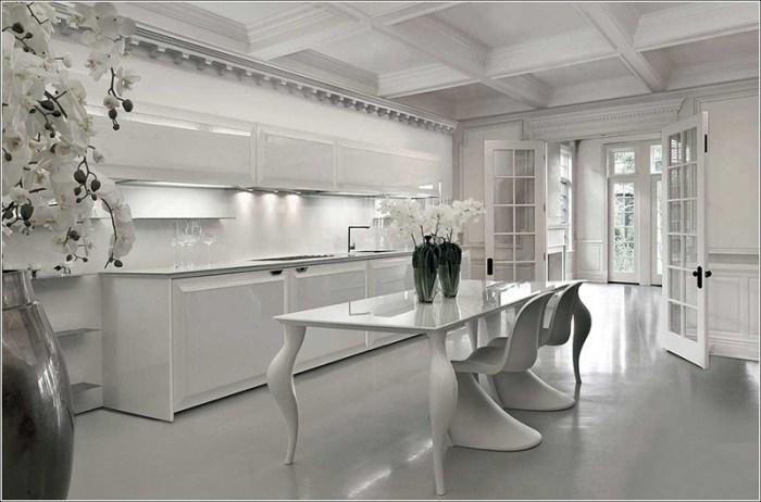Интерьер большой кухни в абсолютно белом исполнении