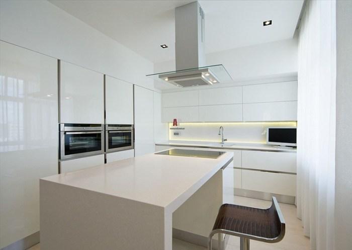 Кухня в стерильном минималистичном исполнении