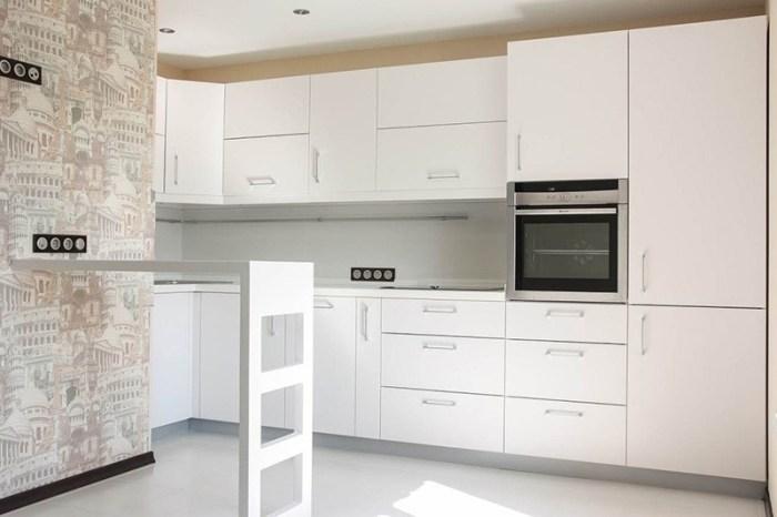 Кухня со стеной оклеенной обоями