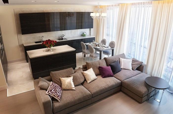 Большой мягкий диван с тахтой на границе между кухней и гостиной