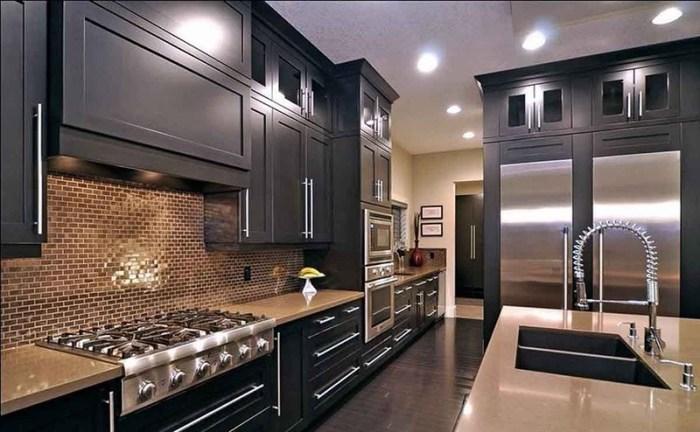Бежевые оттенки на стенах, фартуке и столешнице кухни
