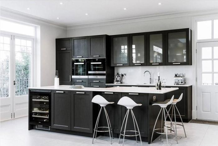 Половина шкафов верхнего ряда кухни со стеклянными дверцами