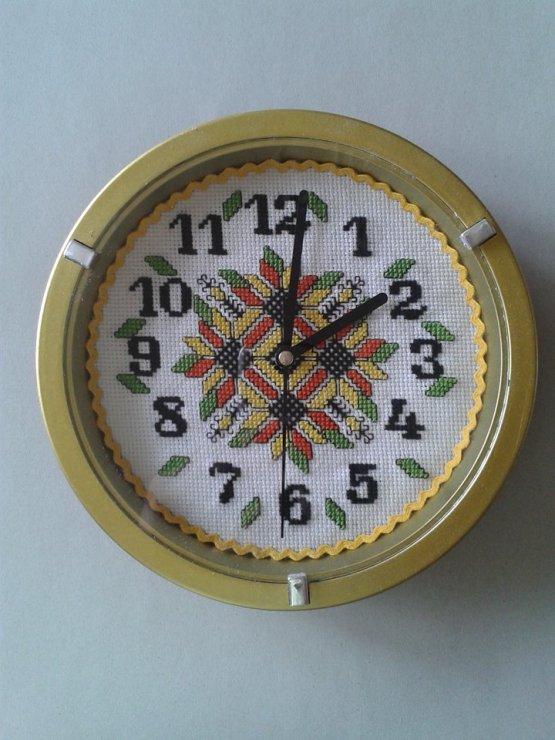 Часовник с ръчно избродиран циферблат