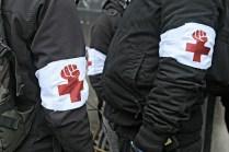 Katulääkintäjoukot partioivat jokaisen mielenosoituksen liepeillä. Sunnuntaina Hit the Production -kulkueessa poliisi otti kiinni useita lääkintähenkilöitä.