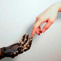 Рука киборга и человека