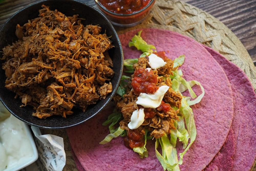 Herkullinen vegaaninen tortilla-ateria syntyy jakkihedelmästä ja lisukkeista.
