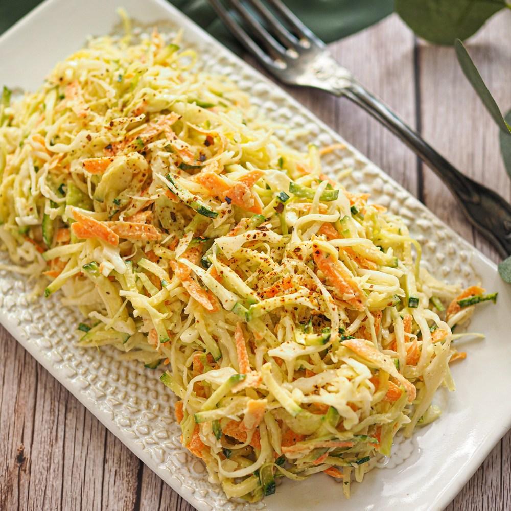 Kesäkurpitsa-kaalisalaatti on raikas vegaaninen herkkulisuke