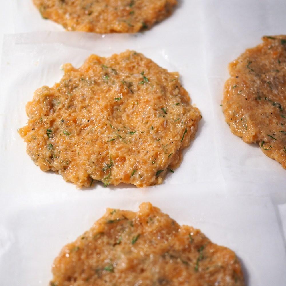Taputtele lohijauhelihapihvit leivinpaperille, jolla ne on helppo siirtää pannulle paistumaan.