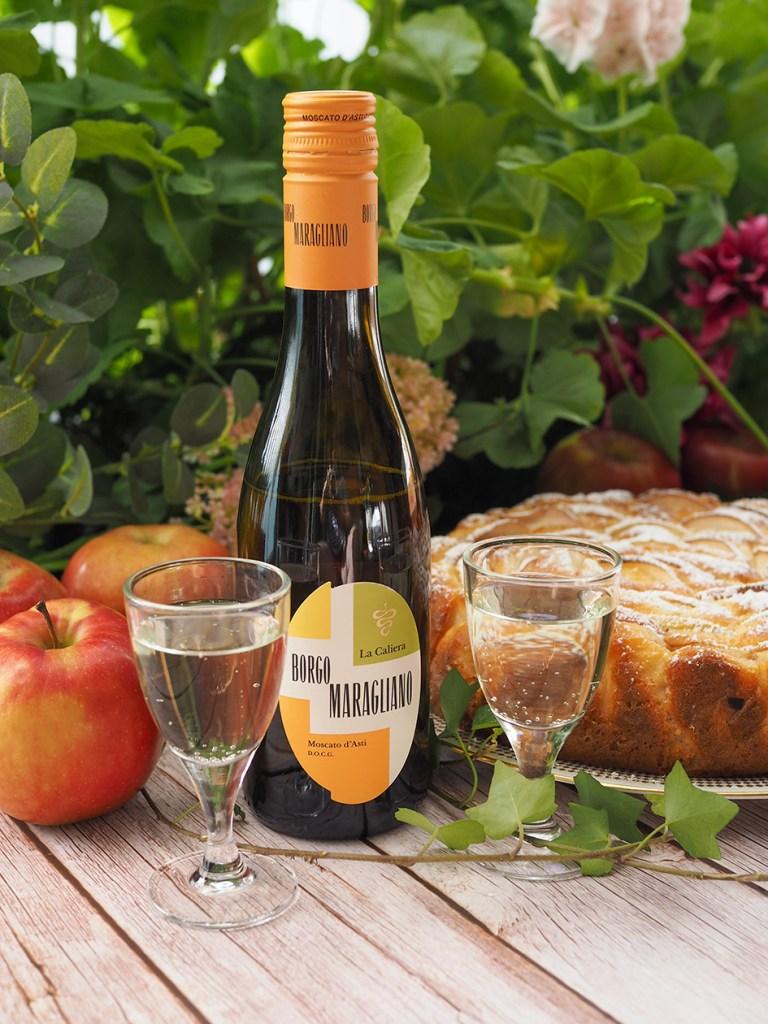 Pirskahtelevan raikas Borgo Maragliano La Caliera Moscato d´Asti -jälkiruokaviini ja omenakakkua