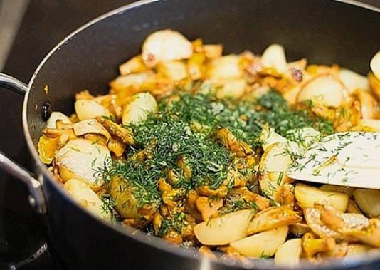Лисички жареные с картошкой и луком - рецепт приготовления ...