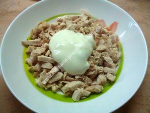 Салат малахитовый браслет с киви, курицей и сыром
