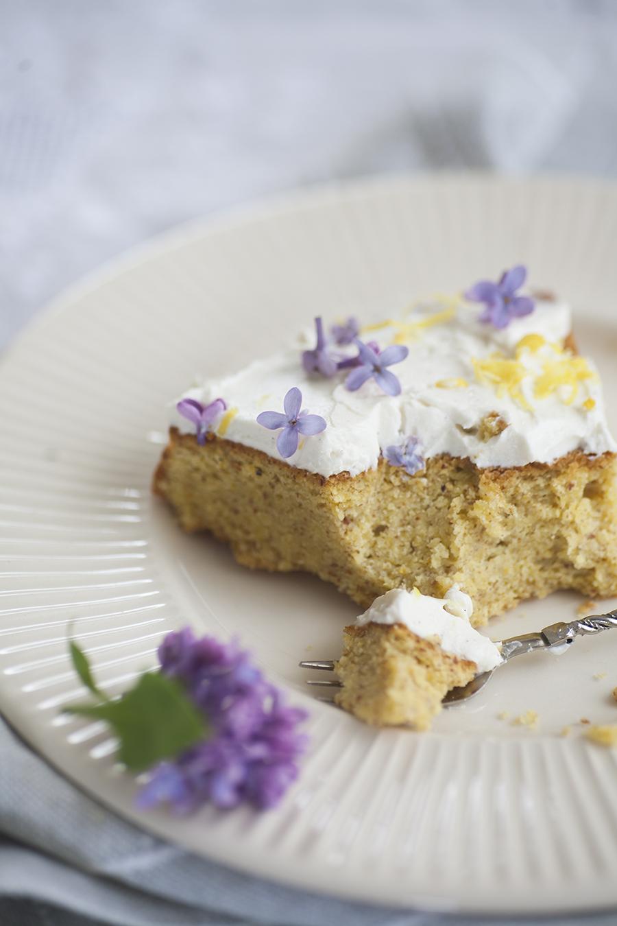 ciasto cytrynowe ozdobione bzem