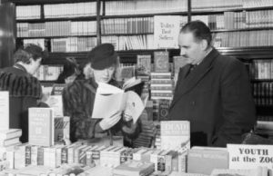 Ein britischer Buchladen im Jahr 1942. Bildnachweis: This photograph was scanned and released by the Imperial War Museum on the IWM Non Commercial Licence. The image was catalogued by the IWM as created for the Ministry of Information, which was dissolved in 1946. Consequently the image and faithful reproductions are considered Crown Copyright, now expired as the photograph was taken prior to 1 June 1957.