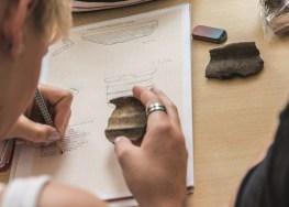 """Übung und Zeichnung. Anfertigen der Vorzeichnung einer Keramikgefäßscherbe in der Übung """"Formenkunde der Vorgeschichte"""" im Sommersemester 2013 am Bereich für Ur- und Frühgeschichte der FSU Jena (© Bereich für Ur- und Frühgeschichtliche Archäologie der FSU Jena)."""