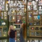 Diese beiden jungen Besucherinnen sind ebenso fasziniert von Song Dongs Installation, wie ich!