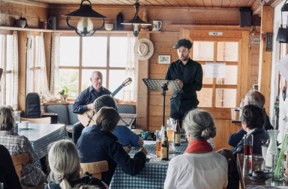 Klassik am Berg. Nightingale in Kooperation mit dem Chiemgau Alm Festival am 24. Juni 2018 im Hochgernhaus. Kompositionen von J. Dowland, F. Schubert, J. Rodrigo, E. Cordero. Peter Meier, (Gitarre) & Thomas Schütz (Bariton)