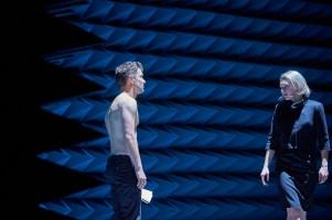 """Nils Strunk und Lilith Häßle in Martin Kušejs Inszenierung """"Don Karlos"""", © Matthias Horn"""