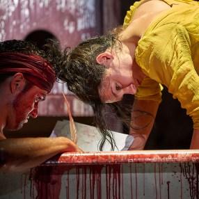 """Nils Strunk als Jean Paul Marat und Lilith Häßle als Charlotte Corbay in """"Marat/ Sade"""" © Matthias Horn"""